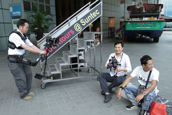In action at the Cathay Photo workshop, Clarence Lee (L) models the 5DmkII with Steadicam Pilot and Genus Mattebox