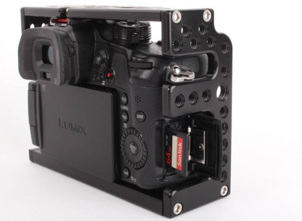 The cage provides good access to all the cameras buttons,  SD card and battery compartments.