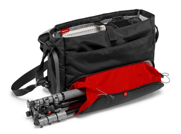 The Advanced BeFree messenger features a (red) pouch for Manfrotto's compact tripod.