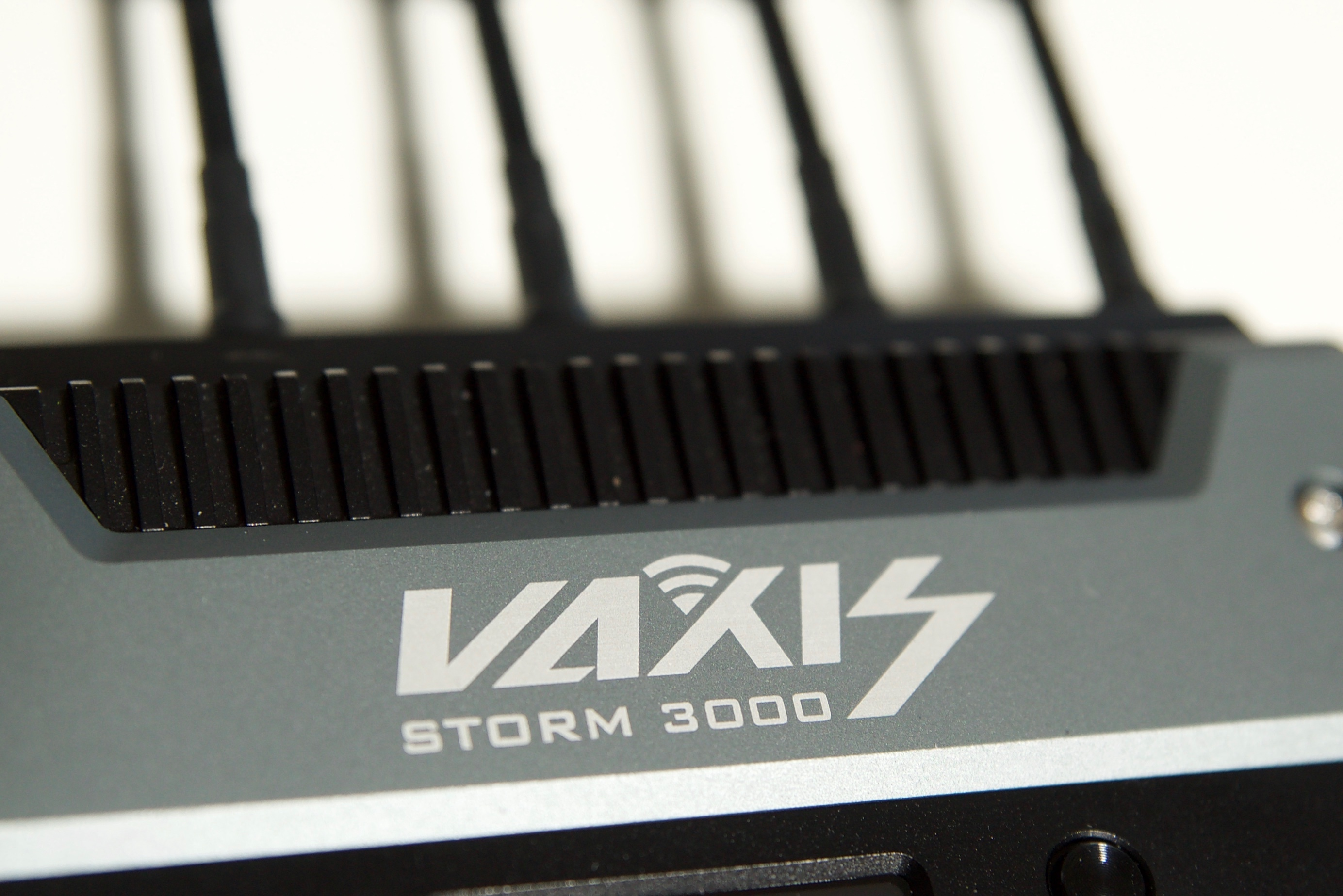 Vaxis Storm 3000 features a metal construction